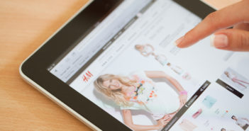 Online shopping with ipad at H&M Store © deepblue4you/GettyImages
